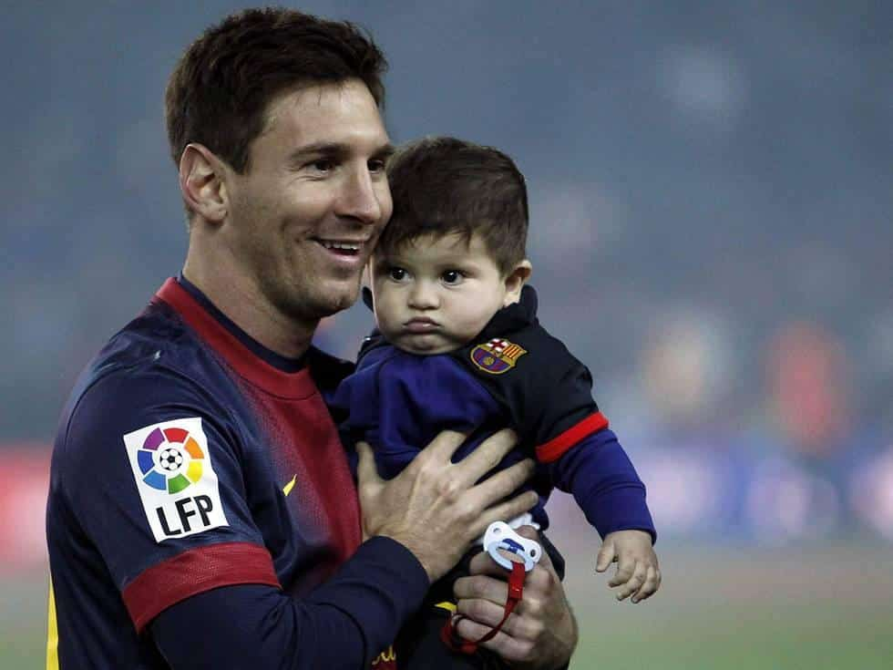 Lionel Messi with his son irnab ir عکس مسی،پسر و همسرش